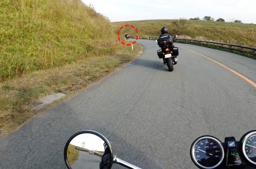 バイクでコーナーを曲がる際は出口を見て走る