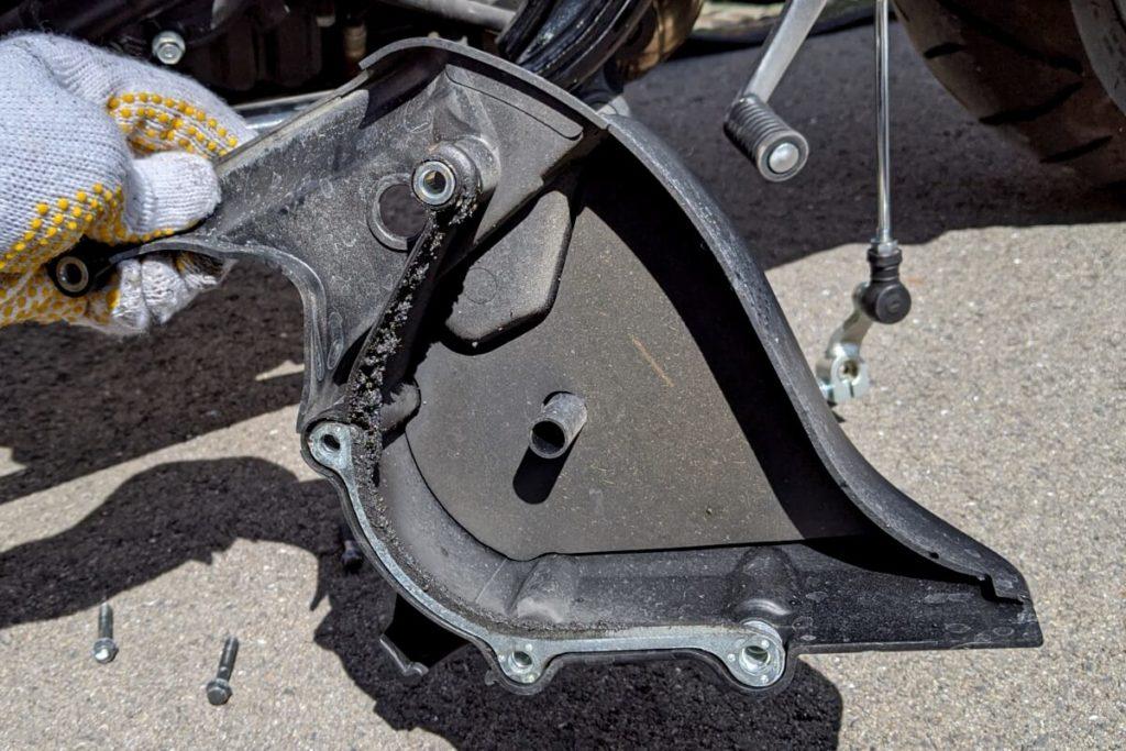 CB400SFフロントスプロケットの掃除:清掃前の汚れたカバー