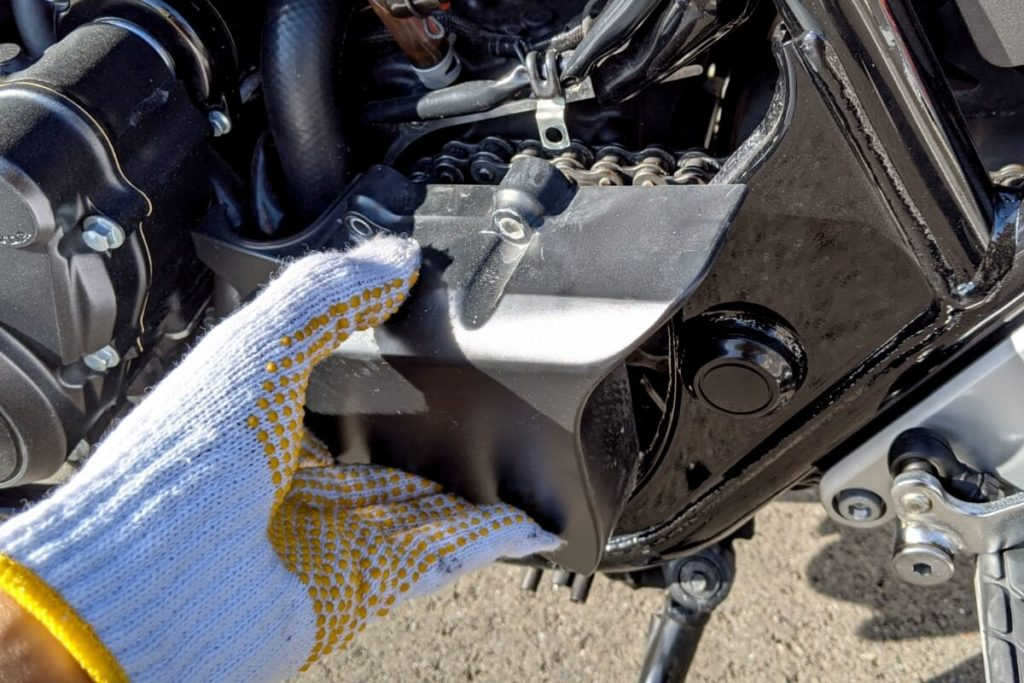 CB400SFフロントスプロケットの掃除:カバーを外す