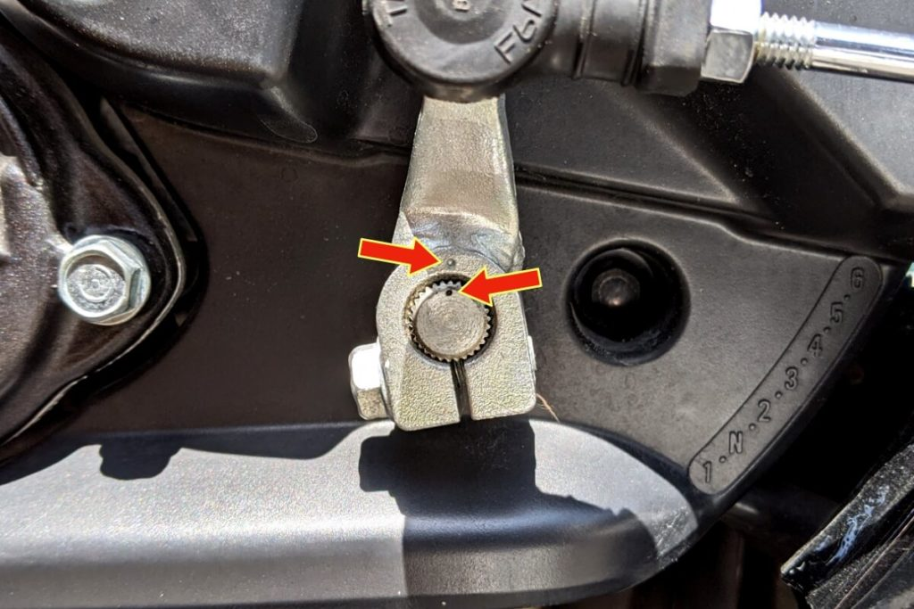 CB400SFフロントスプロケットの掃除:シフトペダルのマーク