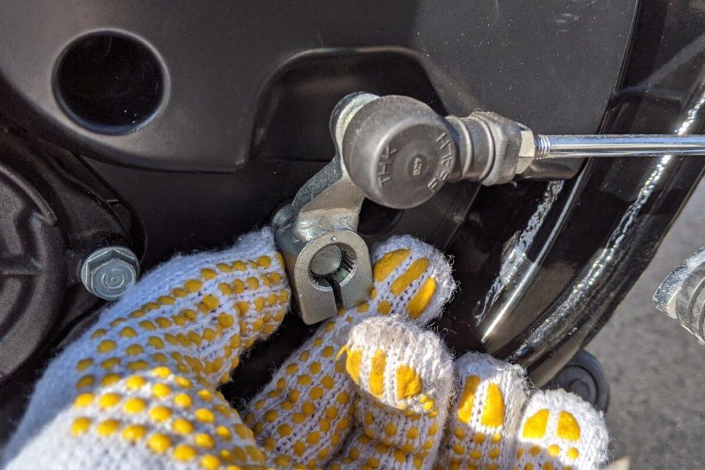 CB400SFフロントスプロケットの掃除:シフトペダルをずらす