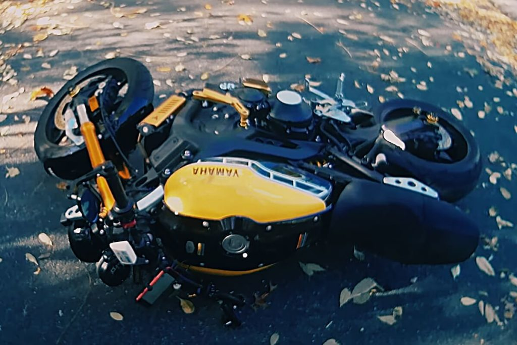 転倒注意!バイクを坂道で安全に駐車する2つのポイント:転倒防止方法